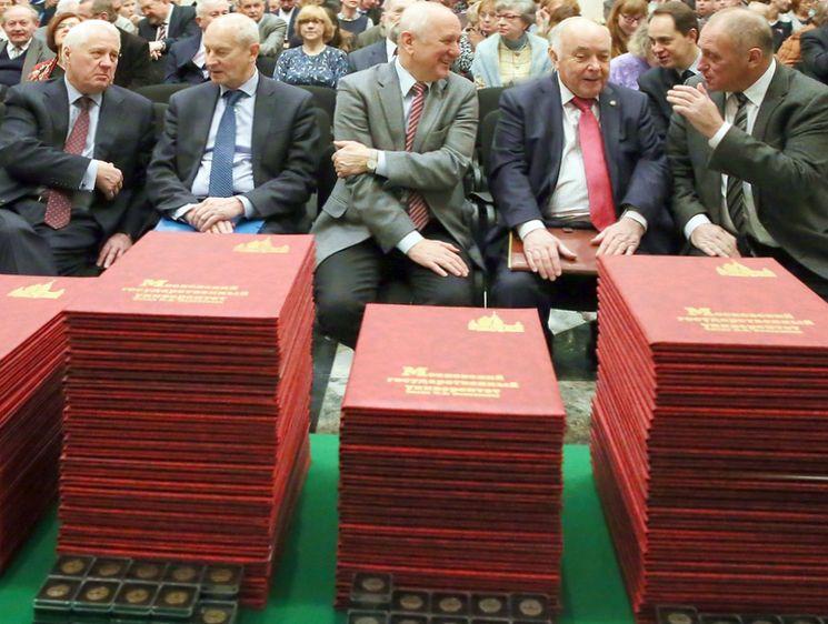 Как получить красный диплом сколько четверок допускается правила Красный диплом является стандартизированным документом общего образца утверждённым на законодательном уровне При этом он подразумевает особый порядок