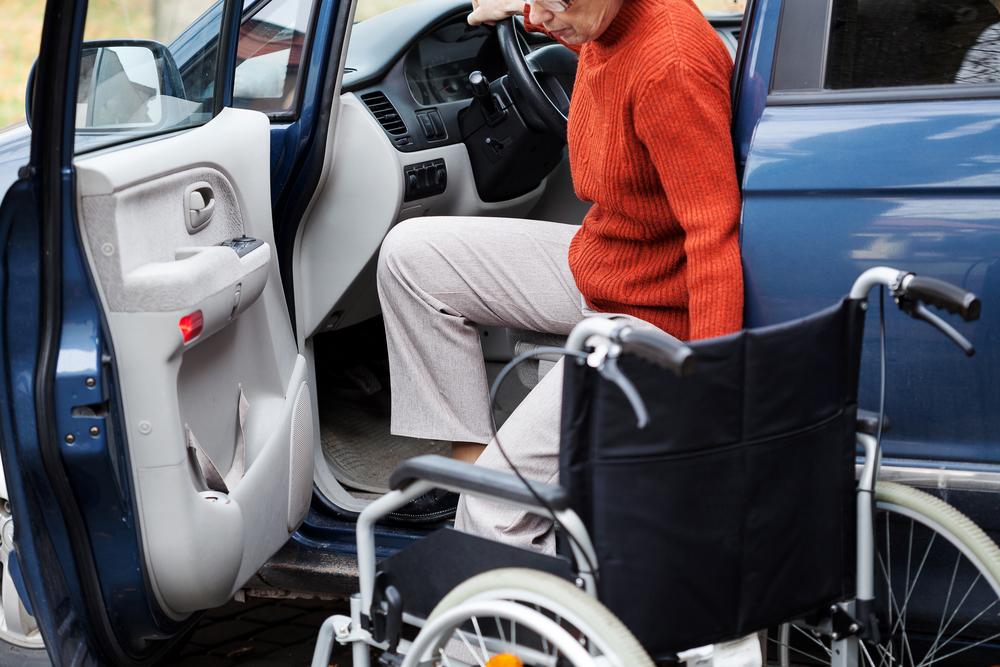 Как инвалиду получить помощь от государства на автомобиль